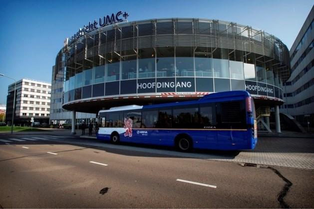 """Nieuwe bus te hoog voor hoofdingang ziekenhuis: """"Kunnen moeilijk restaurant halve meter optillen"""""""
