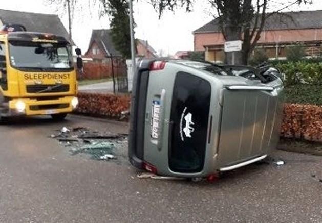 Auto kantelt na verkeersongeval op Lummense Kiezel