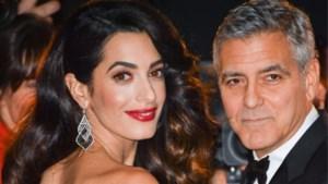 Huilende tweeling op het vliegtuig? Dat lossen George en Amal Clooney zo op