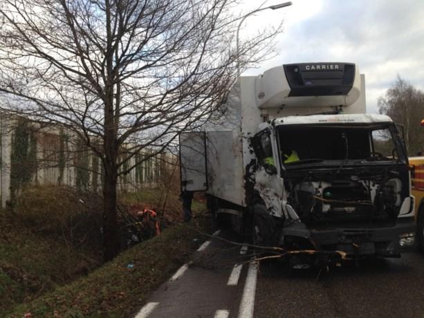 Vrachtwagen slipt en belandt in diepe gracht