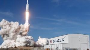 Elon Musk stuurt gigantische raket met zijn eigen Tesla de ruimte in