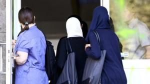 Meisjes mogen voorlopig dan toch geen hoofddoek dragen