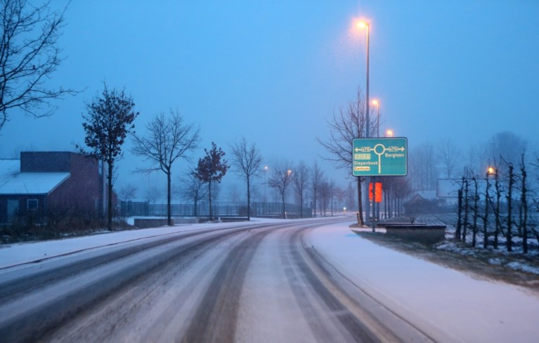 Zwaarste avondspits van het jaar door winterprik: busverkeer zwaar verstoord in Limburg, meer dan 130 vluchten geschrapt