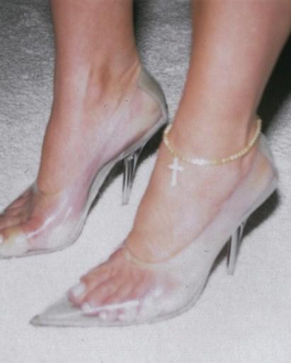Hip maar ook vies: de plastic schoenen van Kanye en co