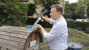 VIDEO. Peerse burgemeester toont zelf hoe je nieuwe huisnummers moet ophangen