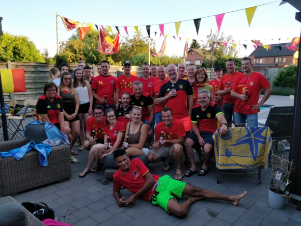 Supporteren voor de Rode Duivels in de Dewitz Hutte