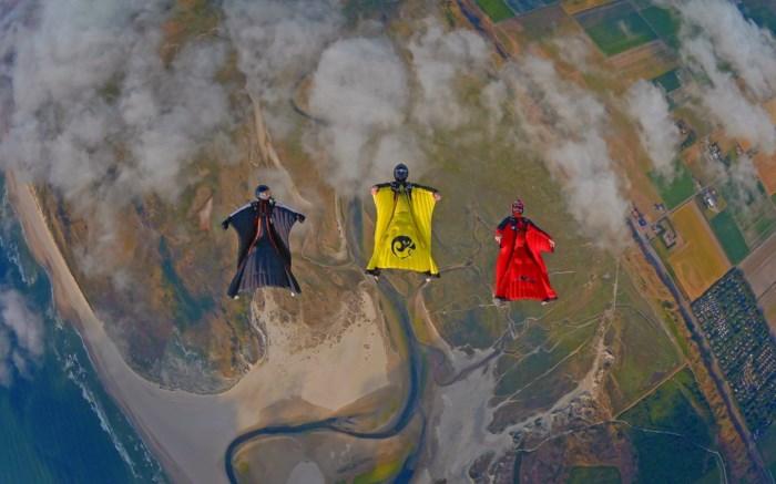 Hasselaren springen uit vliegtuig voor de Rode Duivels