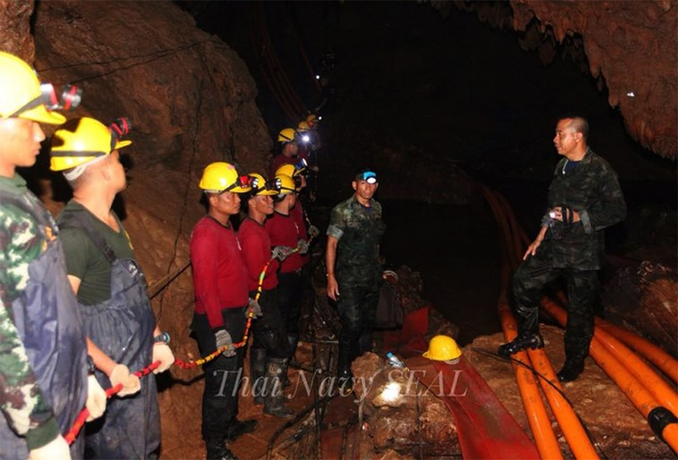 Reddingswerker komt om nadat hij kinderen in Thaise grot had bevoorraad