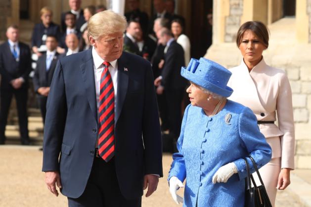 Trump ontmoet Queen Elizabeth en dat verloopt nog ongemakkelijker dan verwacht