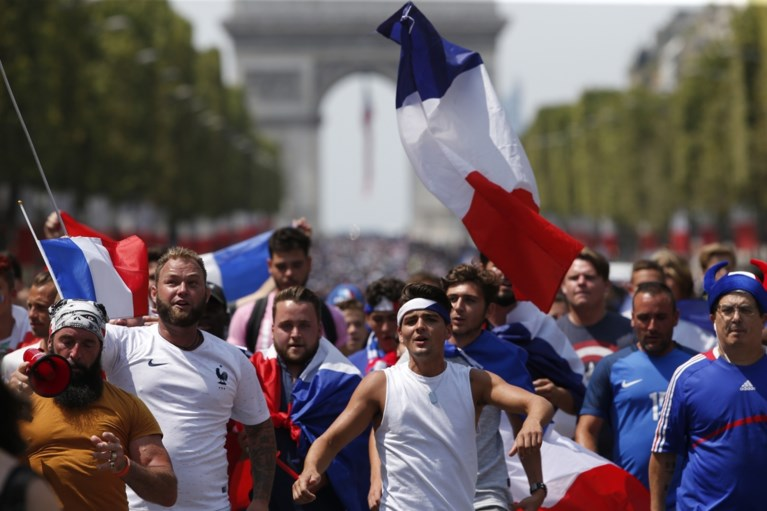 Fransen worden gek bij thuiskomst van kersverse wereldkampioenen in Parijs