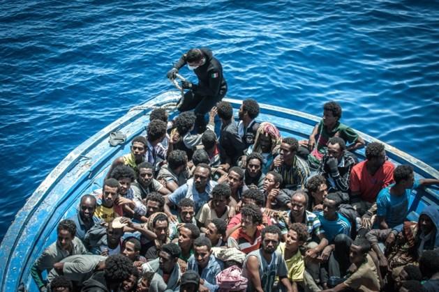Italië schiet vissersboot met 450 migranten dan toch te hulp