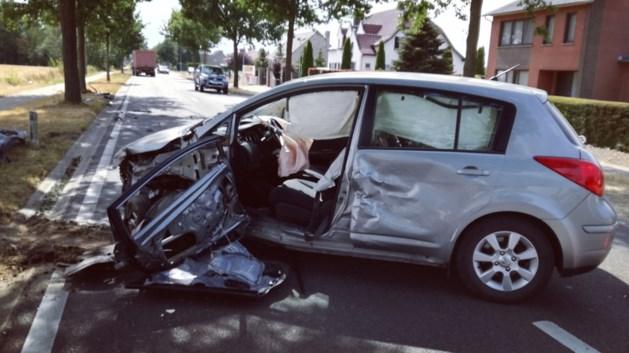 Ravage na botsing tussen personenwagen en tractor: bestuurder (70) komt met de schrik vrij