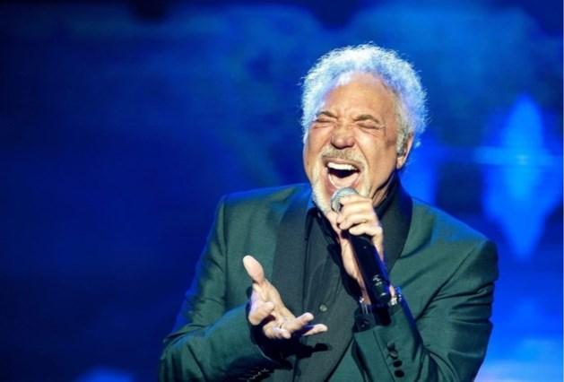 Tom Jones (78) zegt concerten af wegens opname in ziekenhuis