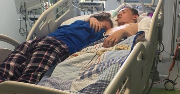 Hartverscheurend: het laatste moment waarop Stephanie (15) haar lief (16) in haar armen mag houden