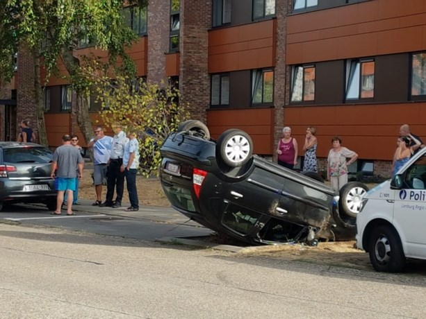 Auto over kop in Hasselt