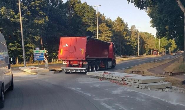 Vrachtwagen verliest betonplaten in Lanklaar