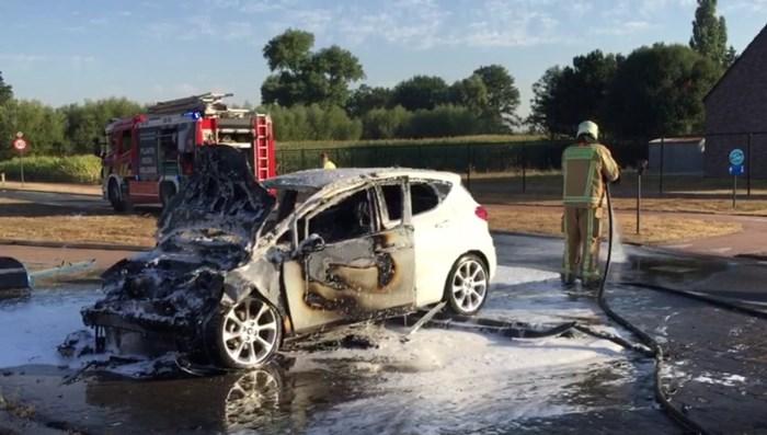 Verkeer omgeleid nadat wagen helemaal uitbrandt in Bocholt