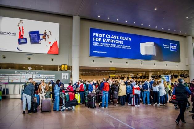 """Reizigers zitten al tientallen uren vast op Brussels Airport: """"Het is een ramp"""""""
