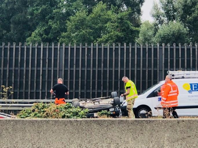 Auto belandt op dak op E313 in Lummen
