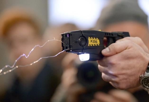 Belgische politie gebruikt voor het eerst stroomstootwapen: dronken man probeert agent te wurgen