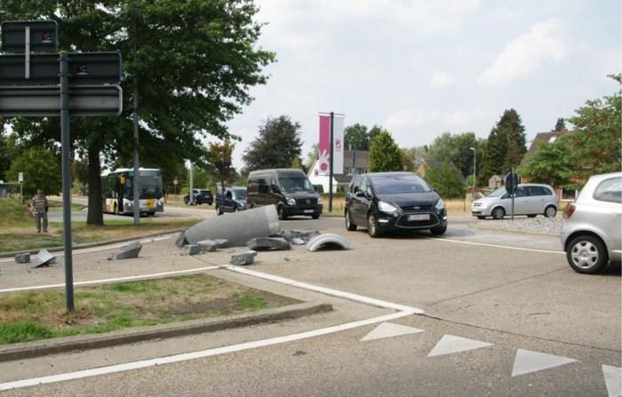 Vrachtwagen verliest betonnen rioolbuis in Overpelt, chauffeur heeft niets in de gaten
