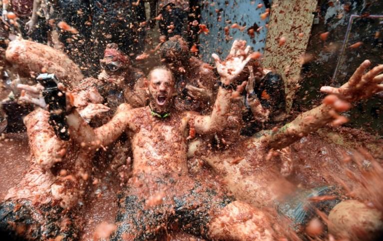 Tomatenslagveld in Spanje: feestvierders zwemmen letterlijk in de tomatensaus