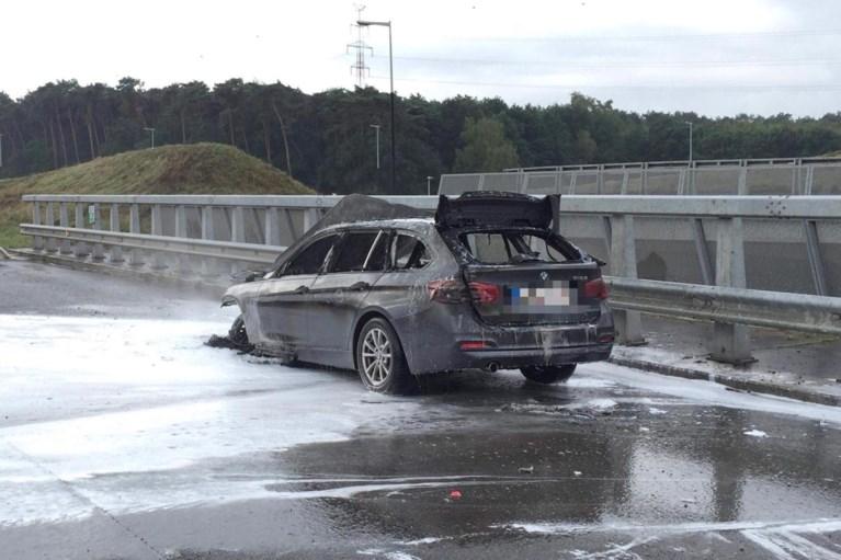 Brandende auto op E313 in Lummen