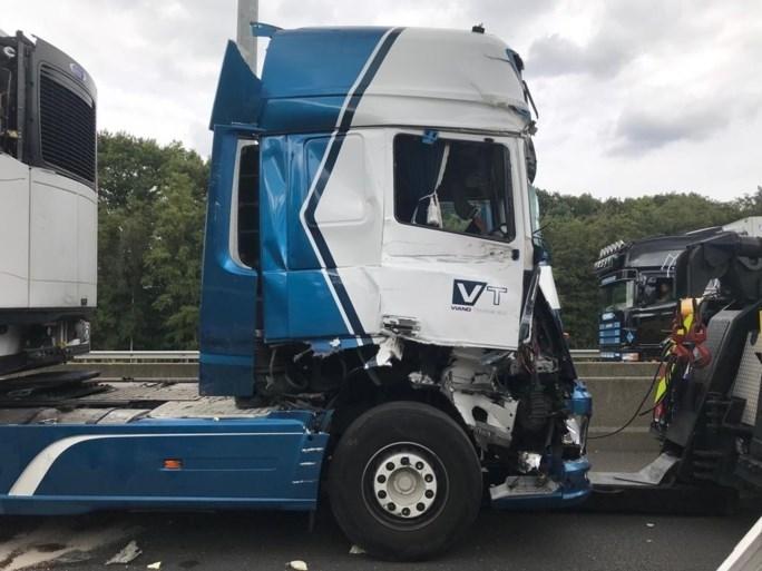 E313 richting Lummen urenlang versperd na ongeval met vrachtwagens
