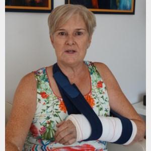 Linda Vissers breekt pols terwijl ze verkiezingsfolders ophaalt