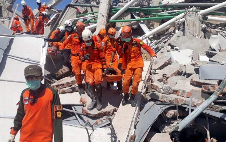 Al 832 doden na verwoestende aardbeving en tsunami in Indonesië: enorme chaos, plunderingen aan de gang