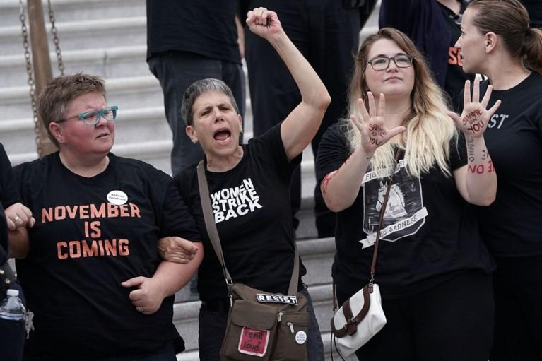 Brett Kavanaugh ondanks aantijgingen van seksueel wangedrag onder luid boegeroep benoemd tot opperrechter