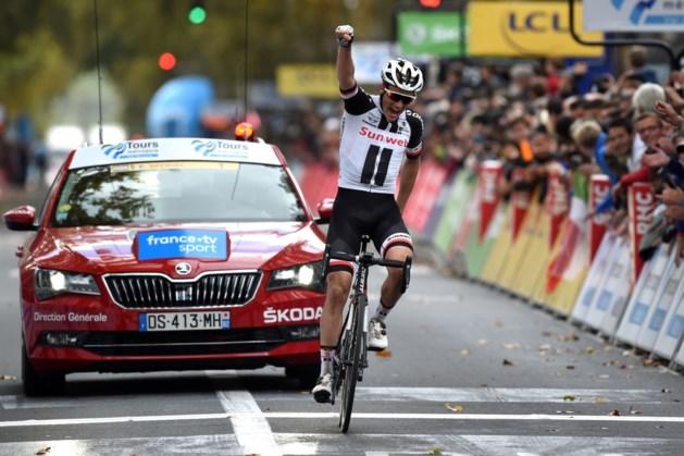 """Deen van Sunweb wint Parijs-Tours vol lekke banden, vier Belgen in top tien: """"Dit heeft niets met koers te maken"""""""