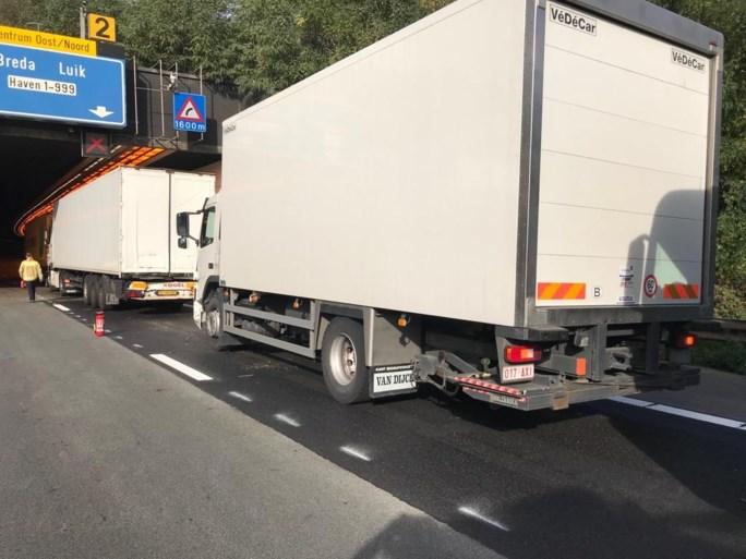 Auto geplet tussen trucks in Craeybeckxtunnel: twee rijstroken versperd op E19 richting Antwerpen