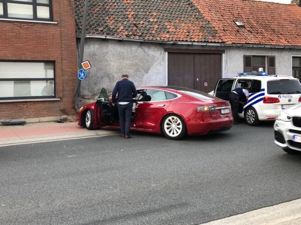Jef Vermassen crasht met Tesla en wordt onderzocht in ziekenhuis