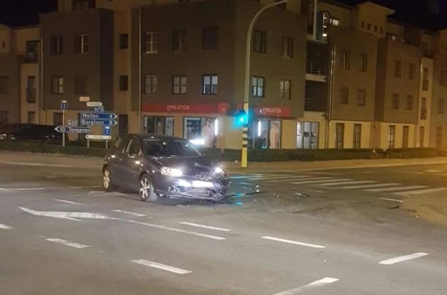Auto tegen paal in centrum Kortessem
