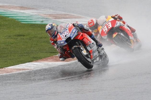 Andrea Dovizioso wint uitgeregende slotmanche in MotoGP, wereldkampioen Marquez valt