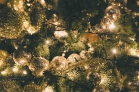 Verlicht van binnenuit, werk volgens kleur en andere tips voor een perfect versierde kerstboom