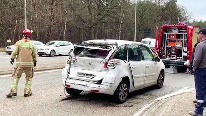 Vrachtwagen ramt auto in Genk: één gewonde
