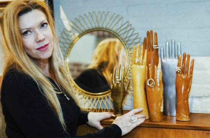 """Befaamde juwelenontwerpster kan niet meer onder eigen naam werken: """"Ik wil mijn naam terug"""""""