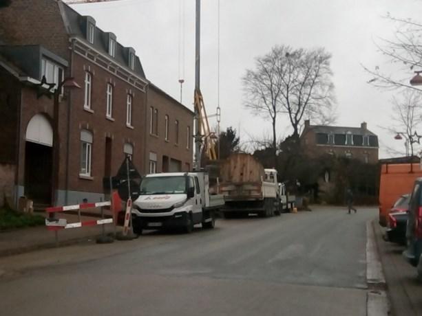 Werken voor nieuwe kabels in de Dorpsstraat