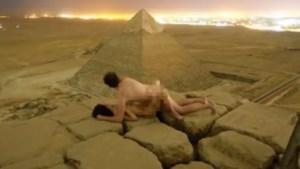 Egypte start onderzoek naar Deens koppel dat naakt poseert op Grote Piramide