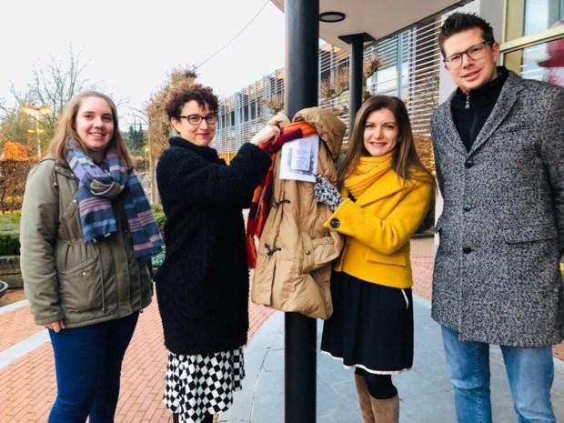 Nog een ongedragen winterjas in de kast? Warme oproep in Beringen om jassen te schenken voor 'Free on a tree'