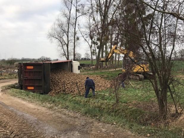 Vrachtwagen Levenstond verliest lading bieten in weide