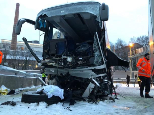 Bus slipt en crasht tegen muur in Zürich: dode en 44 gewonden