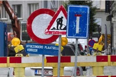 Wegenwerker belandt op motorkap door hoogdringend toiletbezoek