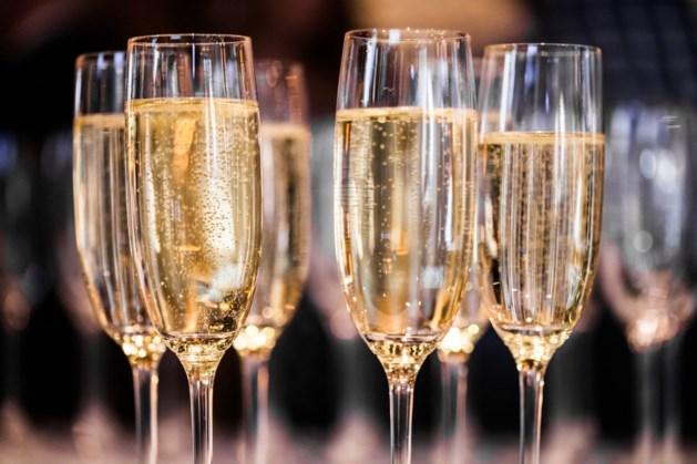 Zo blijven de bubbels langer in je champagne: schuin inschenken uit een grote fles