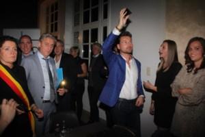 Raadsleden en publiek minutenlang in het duister