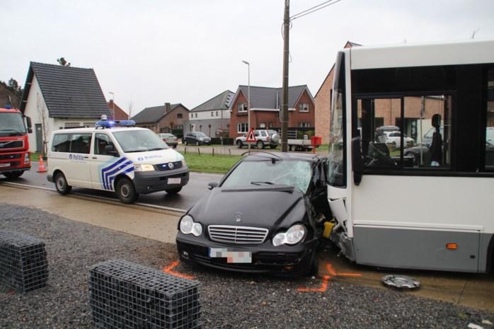 Twee gewonden bij botsing met bus van De Lijn in Lummen