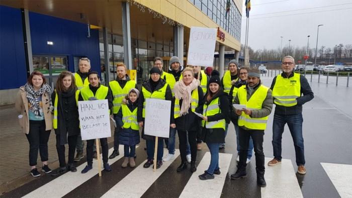 """Gele Hesjes voeren actie op parking van Ikea Hasselt: """"Haal het geld waar het zit"""""""