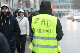 Nieuwe protesten van gele hesjes in Brussel en Parijs: mannen met maskers en voetzoekers opgepakt